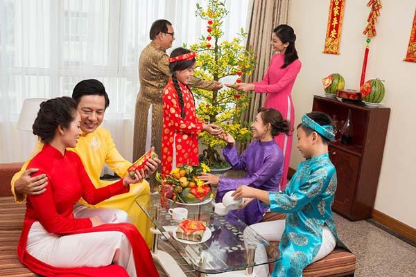 gia đình sum họp quay mâm cơm cúng tất niên